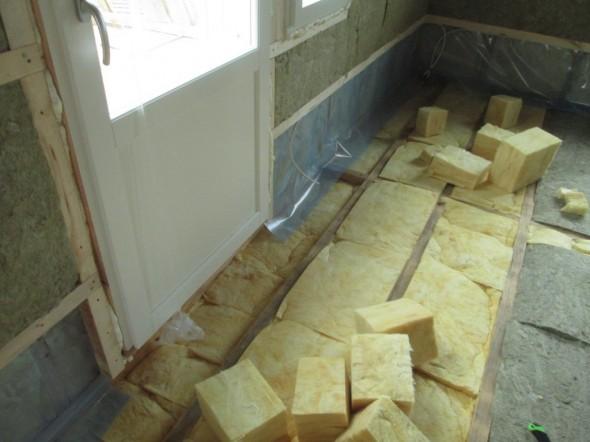 Lasten makuuhuoneesta autokatoksen päälle menevän terassin ovi. Autokatos menee vähän talon alle, joten tässä oven edessä olevassa lattiassa villojen paksuus on 40cm.