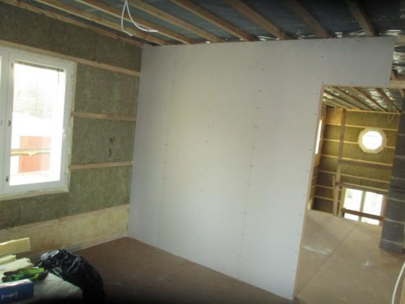 Näkymä lastenhuoneesta yläaulaan, taustalla oikeassa reunassa näkyy korkeaa olohuonetta.