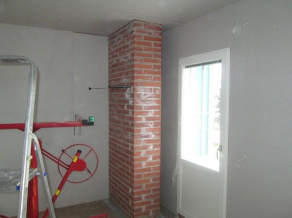 Tiilipiippu ylimmän kerroksen makuuhuoneen kulmassa. 3-kerroksisessa piipussa on tuplapellit, alapellit kellarissa ja yläpellit yläkerrassa. Kovilla pakkasilla nämäkin voi vetäistä kiinni, niin ei pakkanen pääse piipun sisälle. Sitten on tietysti hyvä jos muistaa myös avata kaikki pellit, kun seuraavan kerran laittaa tulet kellarin takkahuoneen takkaan tai saunaan kellarissa...