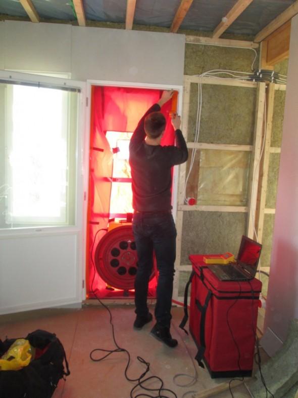 Tuulettimen oviaukkoa teipataan kiinni. Karmikehys on säädettävä ja tiivistyy oviaukolle tiukasti kiinni.