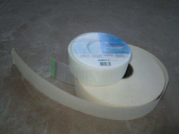 Päällä reikäteippi eli itseliimautuva lasikuitusaumanauha. Alla samaan tarkoitukseen paperinauhaa. Näilläkin eroa kuin yöllä ja päivällä. Ehdin ensin ostaa paperirullan ja tein sillä pari saumaa. En enää edes yritä käyttää paperirullaa loppuun. Jos joku tarvitsee paperirullan, saa hakea pois. Ei maksa mitään. Omasta mielestäni alla näkyvä saumapaperi soveltuu parhaiten ehkä joulukuusen koristeluun.