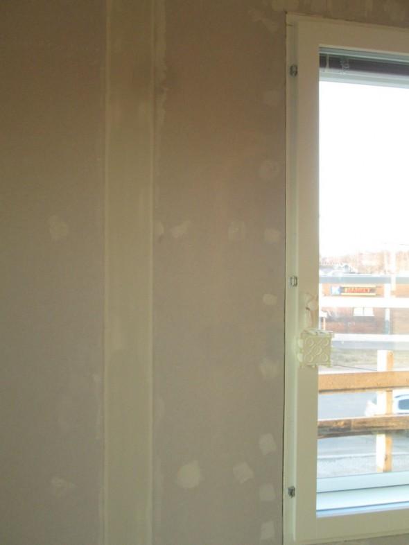 Master-bedroon. Levysauma ikkunan vieressä.