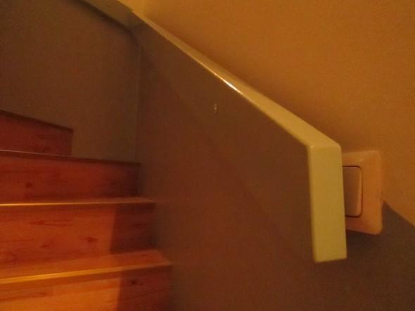 Vuokra-asunnon portaikko. Olisiko kaidepuu voinut olla 5 cm lyhyempi? Tai olisiko valokatkaisija voinut olla esim. 10 cm enempi oikealle päin?