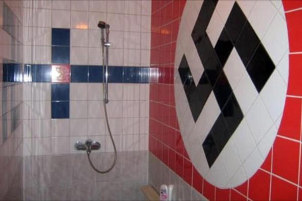 Facebookissa kiertävä kylppärin kuva. Kai tällainenkin sitten jostain päin Suomea löytyy tuosta suihkuseinän laatoituksesta päätellen. Mahtaako asunnon arvo nyt sitten nousta tällaisen kylppärin myötä, vai piikkaako seuraava omistaja kaikki laatat pois?