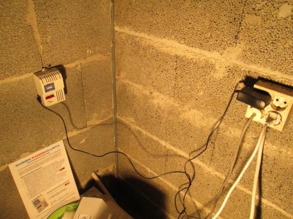 Mittausympäristö talon kellarissa tulevan kylppärin nurkassa. Mittalaite on sijoitettava pöydälle, tasolle tai ripustettava seinälle. Mutta ohjeen mukaan sitä ei saa laittaa lattialle, eikä metriä lähemmäs ovia, ikkunoita, patteria tai IV-venttiiliä. Mittausaikana ei saa tuulettaa. Talossa ei ollut mittausaikana IV-laitteita vielä edes asennettukaan.