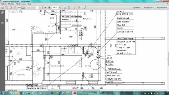 Pieni ongelma teknisessä tilassa? LTO-koje tulee ovesta katsoen vasemmalle. Kuvissa näkynyt hybridivaraaja (jollaiseksi pohdittiin ensin 750 litraista, mutta toteutus tehtiin 500 litraisena) on oviaukon edessä. Alhaalla ikkunan edessä on tyhjää, ja sinne tulee maalämpöpumppu joskus myöhemmin (maalämpökaivo tulee olemaan ulkoseinän toisella puolella). Oikeasti kuitenkin kalustusjärjestys olisi pitänyt olla ensin LTO, sitten maalämpöpumppu ja vasta viimeksi lämminvesivaraaja. Nyt varaaja tukkii oviaukkoa niin, että toisen laitteet ei meinaa mahtua ohi... Tai mahtuu ne, mutta melkeinpä milleistä puhutaan, ehkä hyvässä lykyssä marginaalia voi olla jopa ehkä parikin senttiä...?