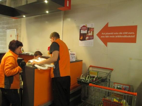 """Bauhoffissa voi """"Meistriklubin"""" -asiakaskortilla saada monista tuotteista hyviä alennuksia. Isommista ostoksista eli 650€ ylittävistä ostoksista saa vielä lisäalennuksia. Meille tuli tällä kertaa lisäalennuksena tasan 20% kaikista tuotteista läpi linjan (noin 30cm metriä pitkällä kassakuitilla on yhteensä 19 ostosta, ja sama 20% lisäalennus tuli kaikkiin ostoksiin). Seinällä olevassa nuolikuviossa lukee vapaasti suomennettuna """"Kun aiot ostaa yli 650 eurolla, poikkea meidän yritysmyyntipisteessä"""". Meillä kassakuitin loppusummaksi tuli alennusten jälkeen 2662,16€."""