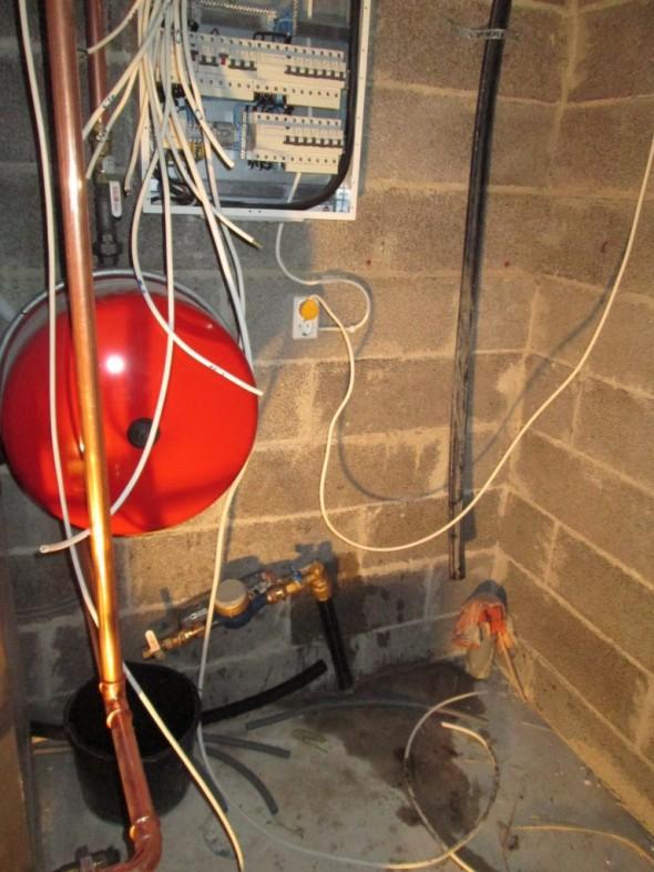 Tekninen tila vesimittarin kytkemisen jälkeen. Mittari pitää vielä propata seinään kiinni.