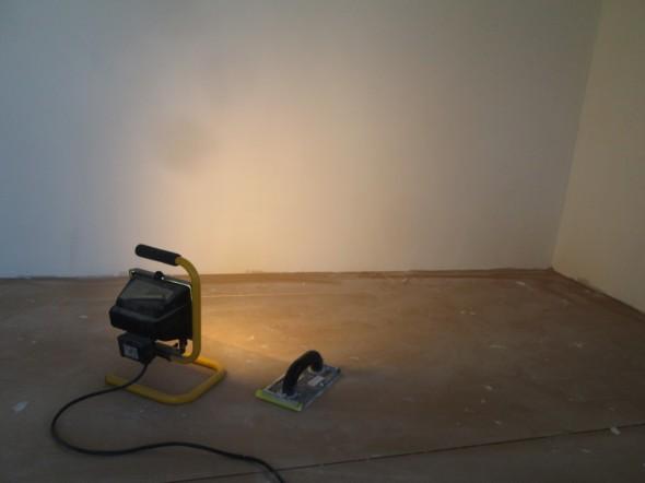 Vielä viimeiset tarkistukset ennen pohjamaalausta. Halogenlampulla ja hiomapaperilla saa loput epätasaisuudet pois, jos jotain löytyy.