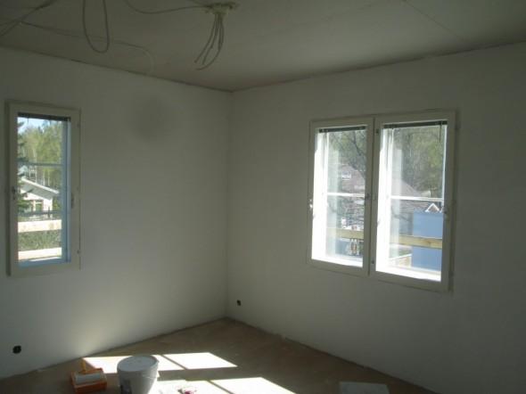 Ensimmäinen makuuhuone pohjamaalattu. Vastavaloon ei oikein saa kummoistakaan kuvaa.