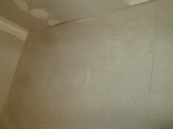 """Suuremmasta suihkukaapista johtuen WC-istuin ja allaskaappi joutuvat """"törmäyskurssille""""."""