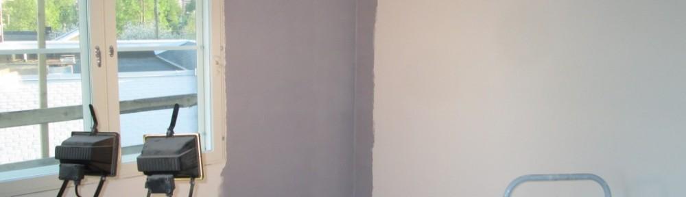 Tästä se lähtee, eli ekaan huoneeseen väriä seinään. Raksalamppu vinottain maalattavaa pintaa vastaan paljastaa valumat yms. virheet kätevästi.