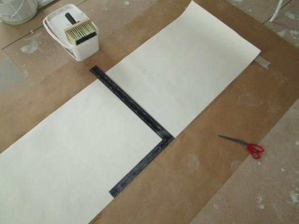 Paperitapetin katkaisussa iso suorakulma ja mattoveitsi on nopein tapa.