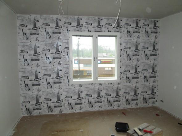 Monikan huoneen ikkunaseinä valmis.  Kuvateema toistuu pienellä nousulla siististi myös vaakatasossa. (Kyllä tuli hieno!)