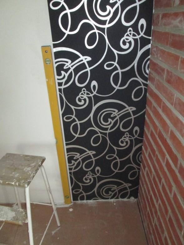 Ison makuuhuoneen eka vuota menossa seinään. Tässä kuviossa on haastetta. Jos eka vuota menisi puolikin senttiä vinoon (tai 2-3 milliäkin riittää), niin saman seinän toisessa päässä alkaisi tulla vaikeuksia saada kuviot sopimaan...
