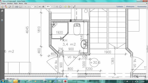 WC:n pohjapiirros. Suurin leveys on 1920 ja syvyys 1640mm. WC-istuimen levesy on yleensä noin 35cm, joten kuvaan piirretty allas lienee noin 40cm leveä. Suihkukaappi on WC:n leveydestä alle puolet, joten se lienee 80x80cm suihkukaappi.