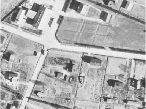 Ilmakuva Rekolantien ja Laurintien risteyksestä vuodelta 1954. Suunnilleen vanhan asuintalon kohdalla on nyt merikontti. Asuintalon kulmalla olevien marjapensaiden (mustia täpliä) kohdalla on nyt meidän uusi talo. Pihapiiri on sama, mutta jos aiemmin käynti pihalle oli Rekolantien puolelta, niin nyt se on pohjoisesta Laurintien puolelta. Tänä päivänä tontin eteläisessä rajassa on kiinni vanhan kauppakiinteistön seinä. Toisen naapurin tontilla kaikkin on ennallaan. Elanto on paikoillaan ja nykyisen K-kaupan tontilla näkyy vain pensasaita tontin rajana, K-kaupan parkkipaikan kohdalla olevat 2 taloa on purettu.