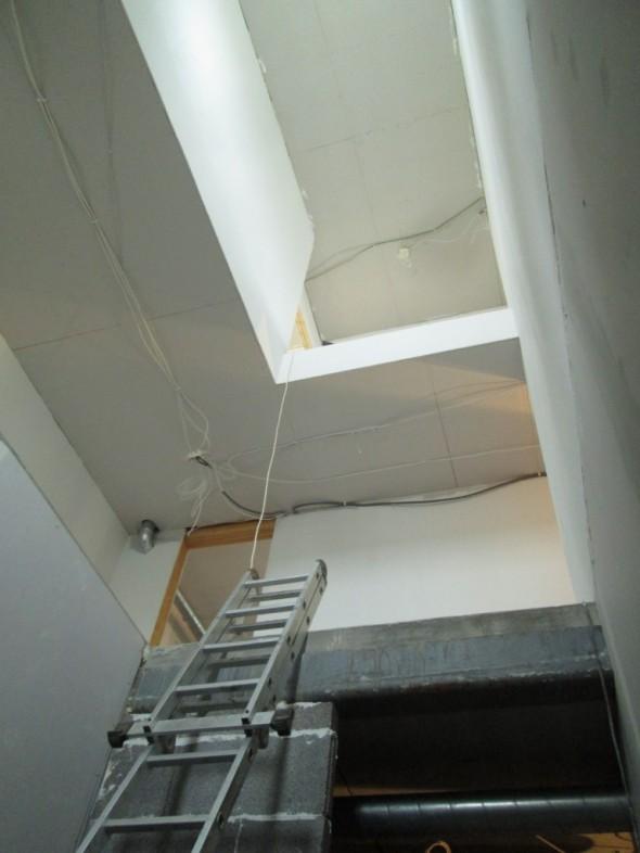 3-kerroksen korkuinen rappusten aukko ilman rappuja on komean kokoinen aukko. Tällä hetkellä ainut tila koko talossa, jossa näkyy kellarin lattialta ylös asti (ei kuitenkaan enää kattotuoleihin asti). Rappustentekijä tulee nyt tässä kuussa, sitten raput on paikoillaan. Ennen sitä olisi hyvä tehdä seinien maalaushommat alta pois.