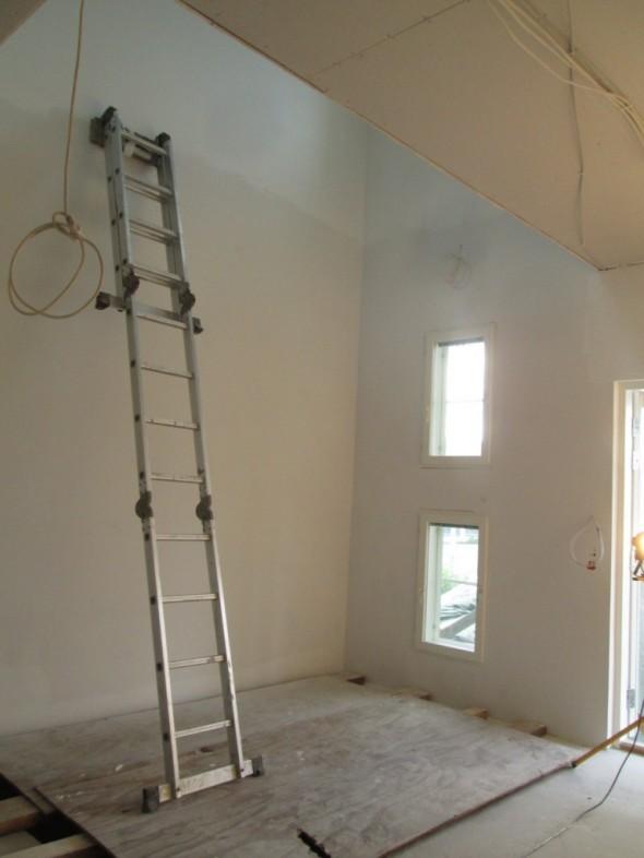 Tikkailla ei ilmeisesti saisi työskennellä? No ei ole työskenneltykään (maalaamatta tuo alaosa näyttää olevan, ylin osa rappusten aukkoa on maalattu tellinkien eli tilapäisen lattiatason päältä)