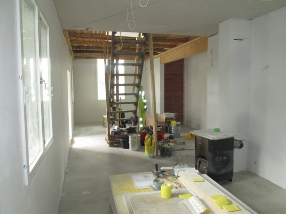 Keittiö-olohuoneen seinät kokonaan pohjamaalattuna. Vielä päällysmaalit seinille ja sen jälkeen paneelia kattoon. Tila on melko pitkä, huoneiden yhteispituus on 11,22 metriä. Tässä voisi melkein pitää lapsille juoksukilpailut (sitten kun rakennusaikaiset tikkaat on pois edestä).
