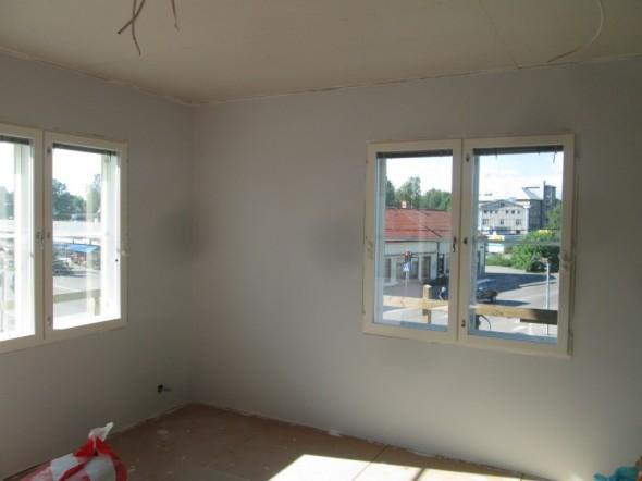 Sadolin maalin lopputuloksena tasainen maalipinta makuuhuoneen seinissä. Mustat täplät ikkunoiden vieressä johtuu raksa-kameran pölystä.