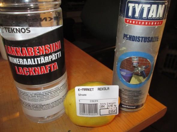 Keinovalikoimassa lakkabensiini (eli tärpätti), uretaanipistoolin puhdistamiseen tarkoitettu puhdistusaine, ja viimeisimpänä keinona keskellä oleva K-marketin sitruuna, hinta 0,55 euroa. Kahdella reunimmaisella yritin puhdistaa ruostetta pois monta päivää, mutta ei se mihinkään lähtenyt. Tänään kokeilin vielä lisäksi sitruunaa, ja kas näin se käy...