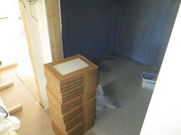 Yläkerran kylpyhuoneen/WC:n vesieristykset seinille tehty. Laatat odottaa pinossa asentamista.