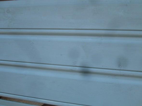 Tältä se seinä sitten joskus näyttää... Pistin valokuvausta varten pohjamaalatut laudat pontteihinsa. Oikea väri on suunnilleen samaa mitä pohjavärikin.