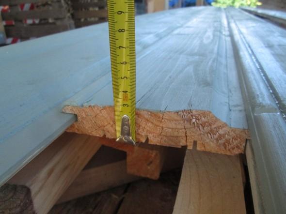 Ulkovuorilaudan paksuus on 28mm, mikä on selvästi normaalia paksumpaa. Kun käytetään oman metsän puita, niin ei tarvitse ainakaan tässä kohtaa säästää. Samalla paneelin kuviot on voitu uurtaa aika syvälle. Oikealla urospontin päällä näkyy laudan ala osassa oleva kaareva osuus. Siinä on haluttu hiukan matkia vanhan talon tyyliä, esikuvana meillä on Puukäpylän 1920-luvun puutalot, mutta Käpylässä suurimmassa osassa taloja vuorilaudat ovat pystyssä, eikä höylättynä vaakasuorassa.