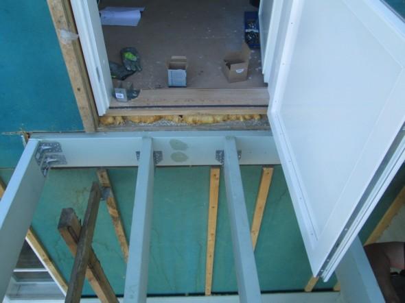 Oviaukon kohdalle laitettiin 2 koolauspuuta, jotta ovesta astuessa ei lattia jousta yhtään, sillä kohtaa koolauspuiden väli vain 35 cm.