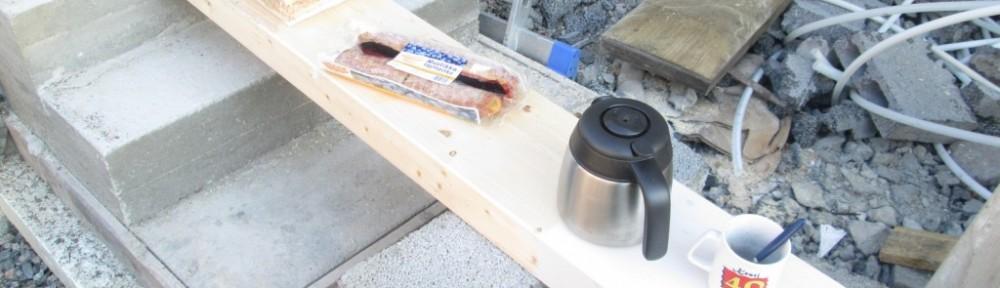 Tänä aamuna aloiteltiin raksalla synttärikahvien merkeissä. Pöydän virkaa hoiti liimapuupalkki. Oikealla näkyvä oma mukini on 3 vuoden takaa.