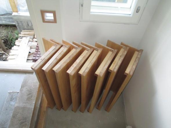 """Askelmat ja askelmien taustalevyt rivissä. Mäyräkoiran vuoksi meille tulee ns. """"suljetut  portaat"""", koska muuten koira pitäisi kantaa kerroksesta toiseen, näitä portaita se osaa ja uskaltaa mennä yksinkin."""