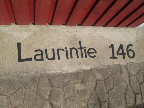Talon virallinen osoite on Laurintie 146, ja sieltä puolelta on ajoneuvoliittymä tontille.