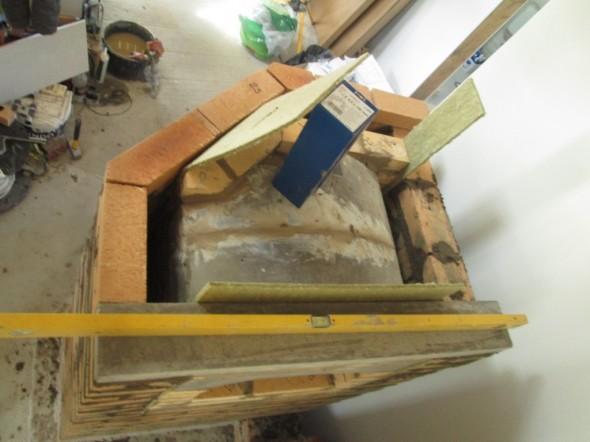 """Savukaasut joutuvat kiertymään leivinuunin kaarevan sisäkaton ylitse, joten leivinuunin katto-osa tulee varmuudella hyvin kuumaksi, ja """"säteilee"""" lämpöä leivinuuniin."""