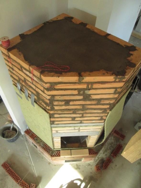 Seuraavana vuorossa ulkokuoren ladonta. Sisäkuori ja ulkokuori eristetään toisistaan 10mm palovillalla.