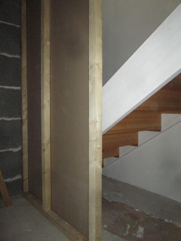 Rappuhommat alkoivat tänään nousujen välisen seinän tekemisellä. Meillä on koiran takia suljetut portaat, ja rappusten alatilasta on tehty säilytystila tekemällä sinne alle kulku vieressä olevan puuvaraston kautta.