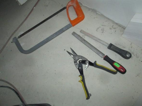 Kokeilin alumiinilistan pään vinoamisessa vaikka mitä työkaluja, peltisaksilla tuli helpoiten ja siisteintä jälkeä.