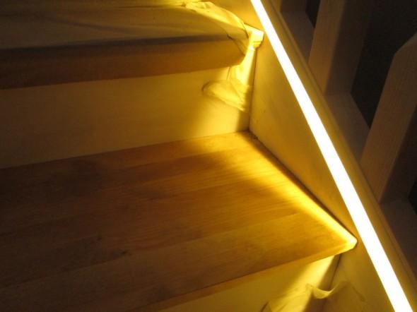 Tässä lopputulos! 3000K värisävy LED-valossa ja pellavaöljyllä käsitelty askelma sopivat aika hyvin yhteen.