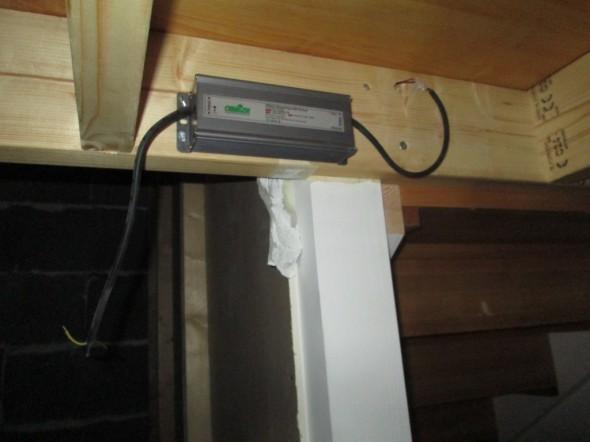 Alatasolla virransyöttö jää huomaamattomasti rappusten kääntötason alle keskitolpan viereen. Ylempi kääntötaso koteloidaan (kansi eteen koko rappujen leveydeltä) alhaalta päin, niin että LED-tilbehöörit ei näy.