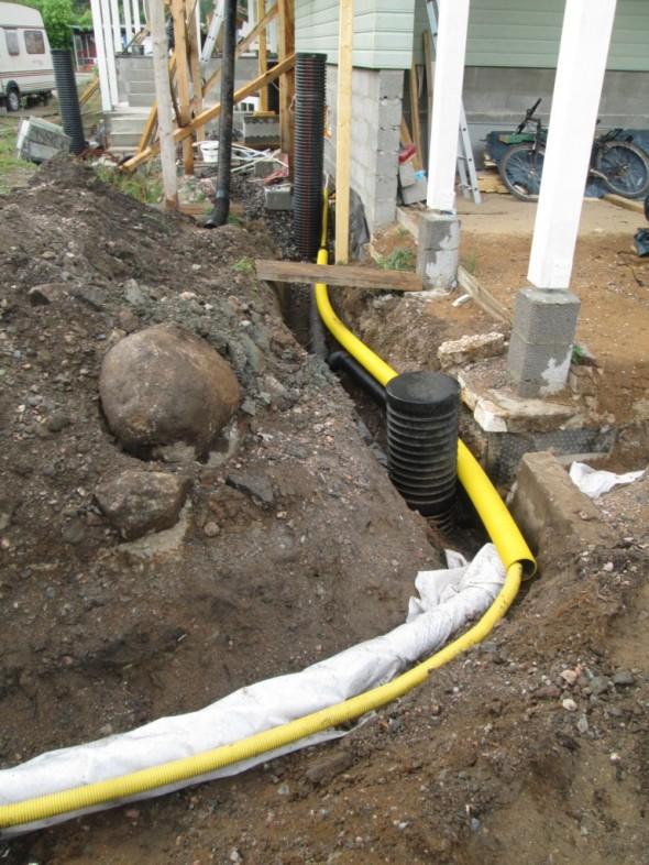 Salaojan kanssa samassa urassa kulkee myös sähköjohto pihavaloille. Sähköjohdon suoja on enimmillään keskellä 110mm putkea, eli näitä kun jäi yli, niin käytetään niitä samalla tässä nyt sitten pois.