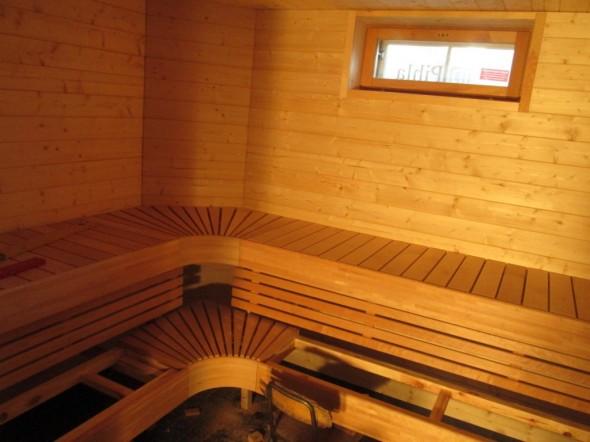 Saunan lauteet melkein valmiit. Vasen siipi on 167cm, vino osuus 60cm ja pitkä siipi oikealla 240cm, eli istumatilaa on lähemmäs 5 metriä.