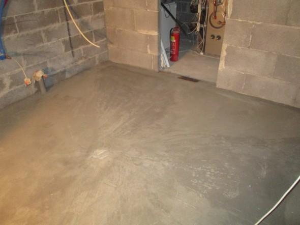 Kodin hoitohuoneessa kaadot tehty kohti keskellä olevaa lattiakaivoa.