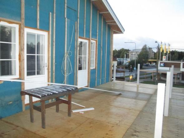 Tämän verran eli puolet talon päädystä odottaa vielä ulkovuorilautaa. On satanut sen verran paljon, ettei ole päässyt tekemään.