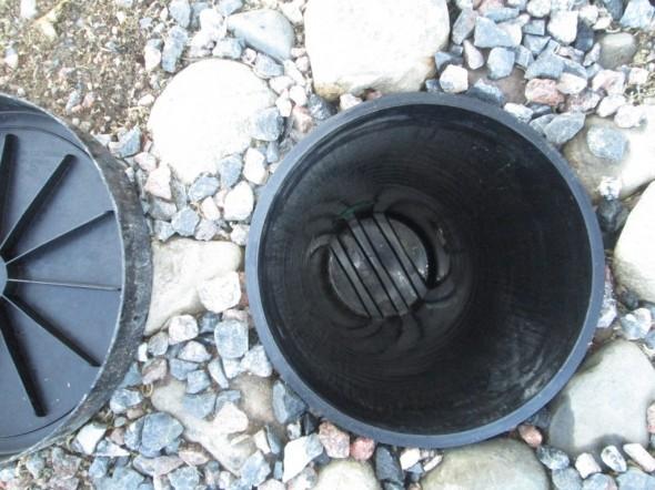 """Miten sitten toimii """"luovat salaojat"""", jotka ennen sateita lisättiin autokatoksen ympärille? No ihan niin kuin arvelinkin, ei siellä vettä näy, vesi putoaa pari metriä alemmalle tasolle, eli kellarin salaojiin, jotka ovat noin 3 metrin syvyydessä. Autokatoksen kulmassa oleva sadevesikaivo on pohjiaan myöden ihan kuiva, vaikka nyt on joka päivä satanut reippaasti."""