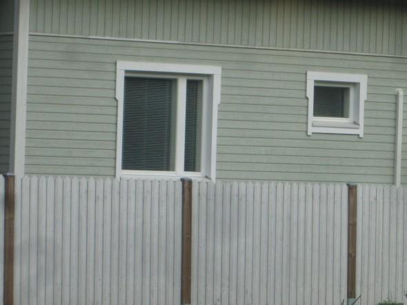 Yksinkertaista mutta tyylikästä. Lauta kapenee ikkunan puolivälin yläpuolella. Leveämpi lauta kiertää ikkunan pielen yläkautta, ja kapeampi alakautta. Pystylaudat on vähän pidemmät mitä ikkuna-aukko.