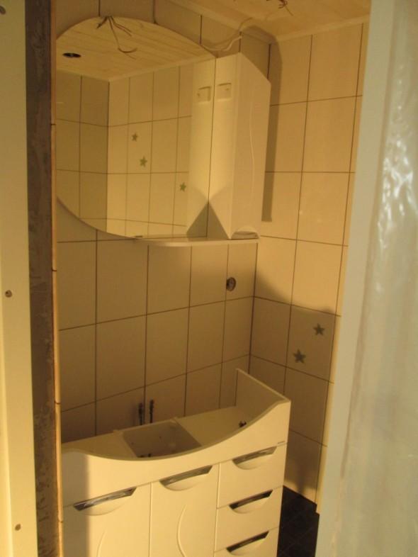 Peilikaappi saatu paikoilleen. Tuon kokoinen peililasi painaa aikalailla, ainakin silloin kun sitä yrittää ripustaa seinälle roikkumaan ja joutuu peilin alareunan kautta kurkistelemaan, että meneekö vai eikö mene. Ei tuota ainakaan yksi mies onnistu mitenkään saamaan paikoilleen.