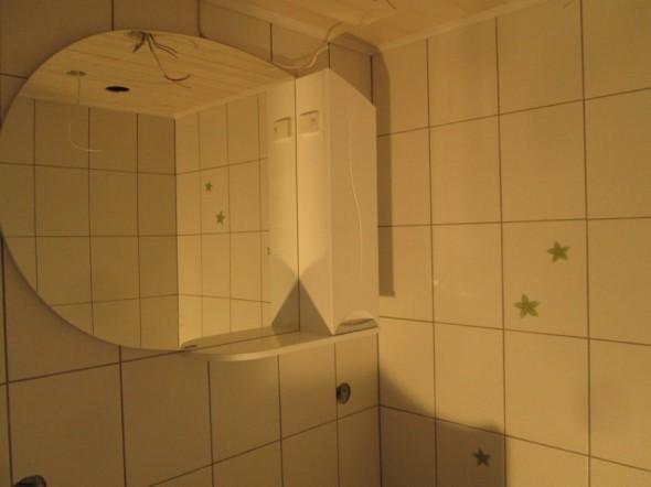 Sama lähempää. Hienolta näyttää. Peilikaappi on melkein yhtä leveä kuin WC:kin.