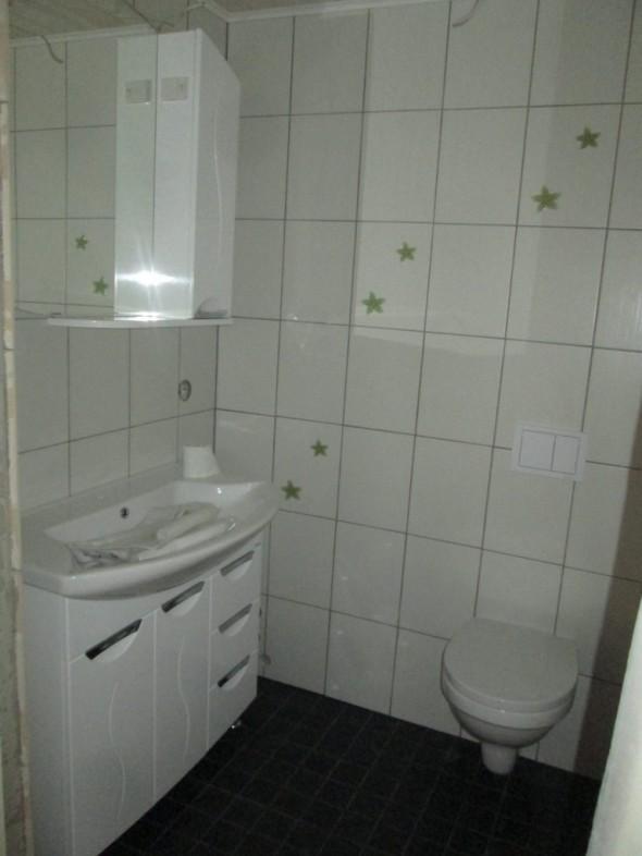 Keskikerroksen WC-tilat olisi sitten alakaapin vesihanaa ja putkitöitä vaille valmiit. WC toimii ja kytketty jo aiemmin.