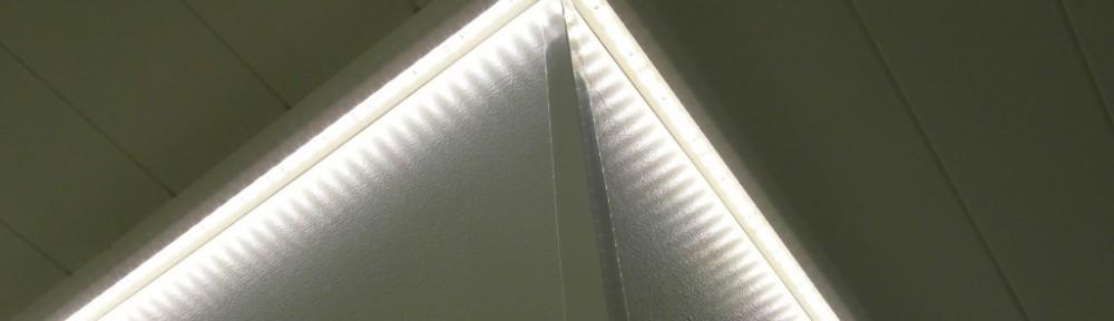 Lakka Kivitalot heikkinen (kohde 29), koko huoneen mittaiset ja huoneet kiertävä LED-valaistus katon ja seinä rajapinnassa oli toimiva. Toteutuskin oli teknisesti toimiva, eli joka kulmasta näytti olevan virransyöttö kahdelle rinnakkaiselle LED-nauhalle.