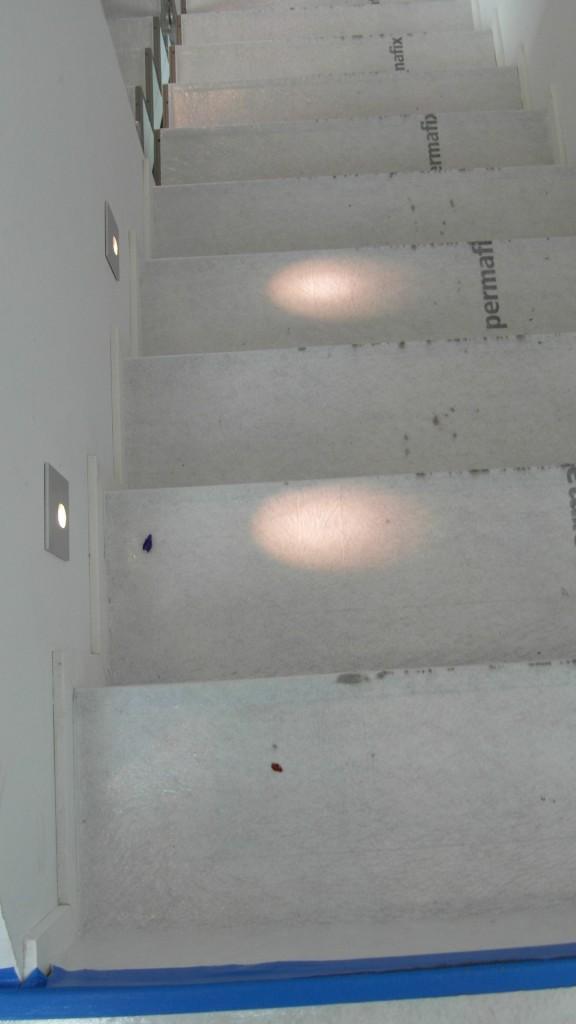 Sama talo 31 sisäraput. Vähän vaatimaton valaistus rappusissa kahdella valopisteellä?